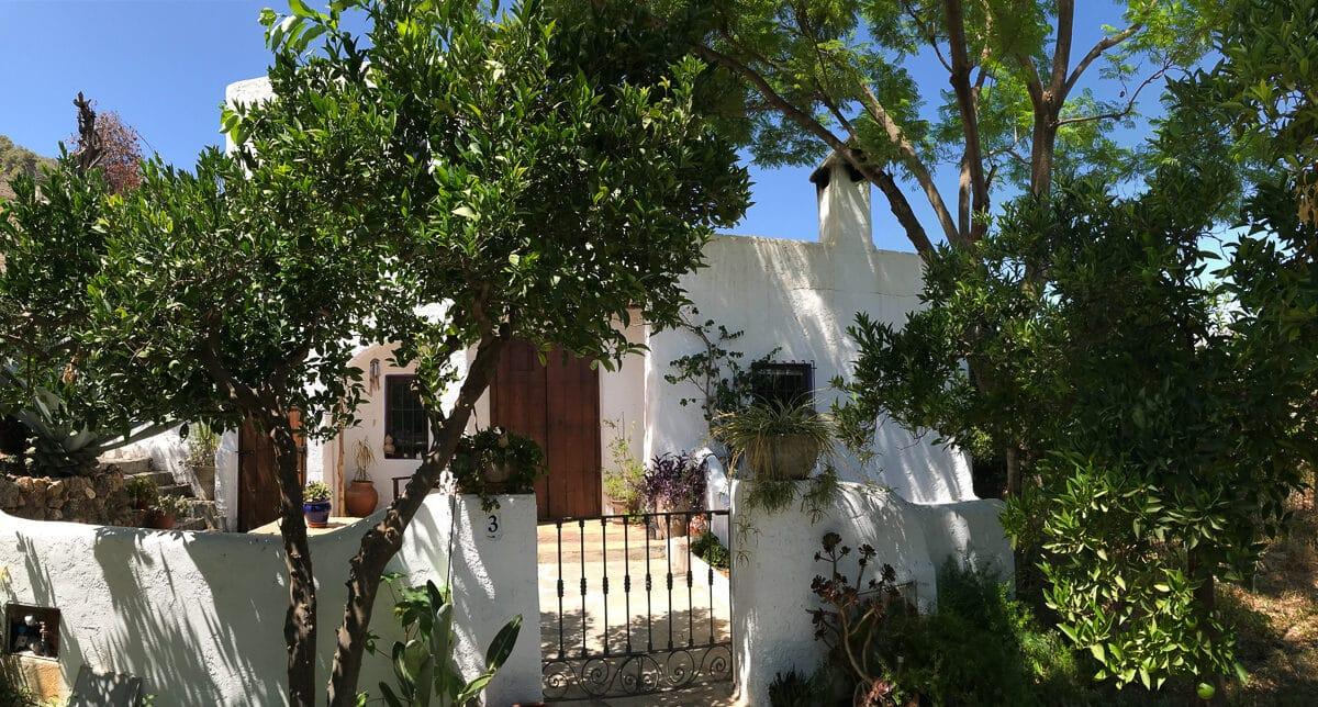 Esta casa de campo tiene un estudio de yoga adjunto y disfruta de campos de naranjos y olivos ecológicos. EN VENTA